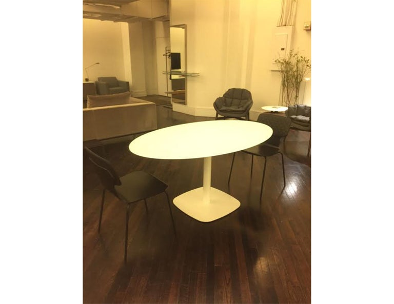 Oval White Glass Small Meeting Table In Good Condition For Sale In New York, NY