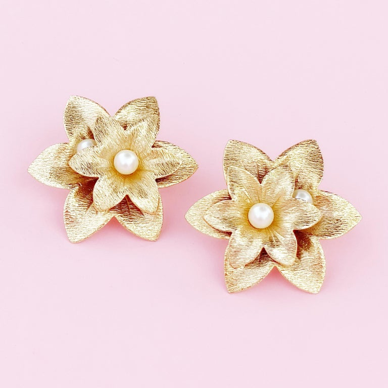 Oversized Textured Gold Flower Earrings By Sarah Coventry, 1970s In Good Condition For Sale In Los Angeles, CA