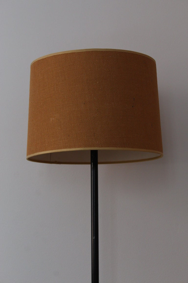 Mid-Century Modern Paavo Tynell, Floor Lamp, Lacquered Metal, Raffia, Brass, Taito Finland, 1950s For Sale