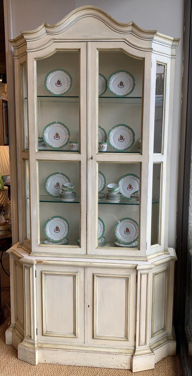 Painted Neoclassical Display Cabinet In Good Condition For Sale In Kilmarnock, VA