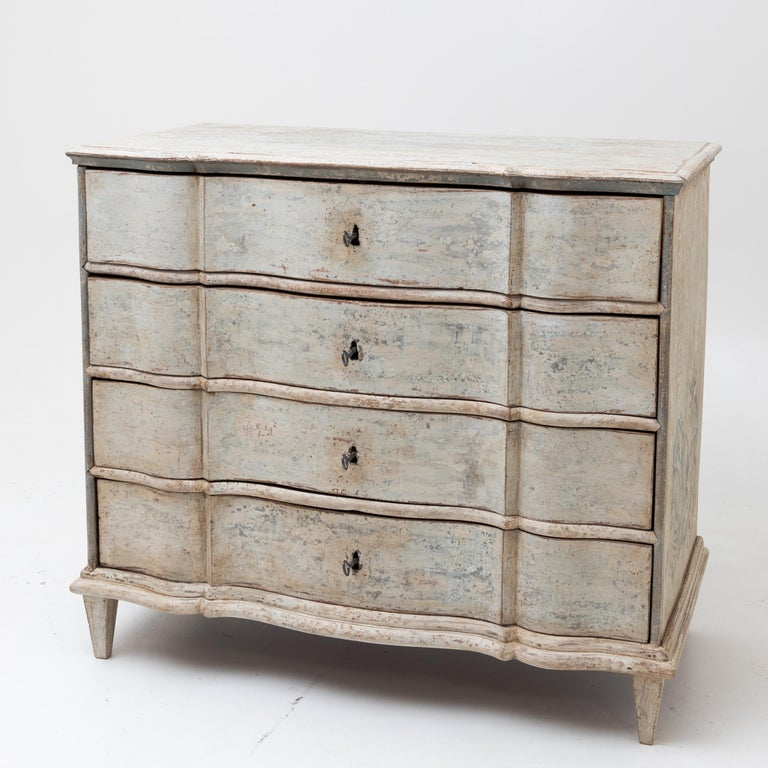 Baroque chest of drawers with four drawers on low square tapered feet with a wavy front and new stone-grey setting with shell decoration on the sides. The frame was subsequently patinated with an antique finish.