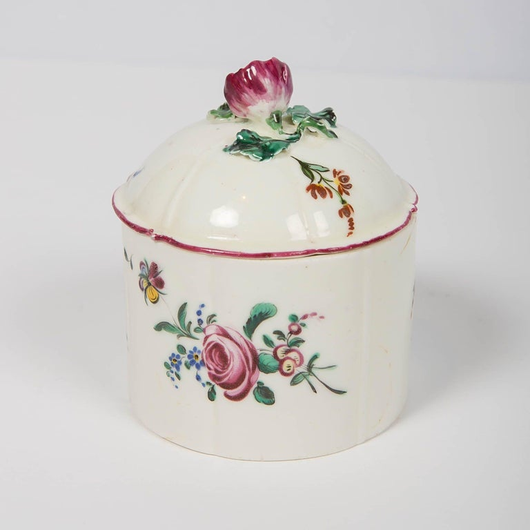 Pair of 18th Century French Porcelain Blush Pots 'Pots à Fard' by Mennecy In Excellent Condition For Sale In New York, NY