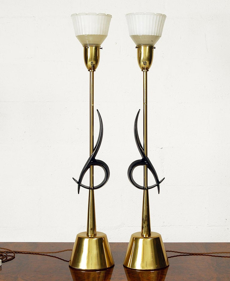 A spectacular pair of large table lamps designed and manufactured by the Rembrandt Lamp Company of Chicago. Standing a huge 95cm tall, these impressive lamps are classic American Mid-Century Modern.