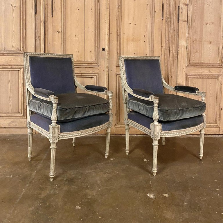 Hand-Carved Pair of 19th Century French Louis XVI Painted Armchairs, Fauteuils For Sale