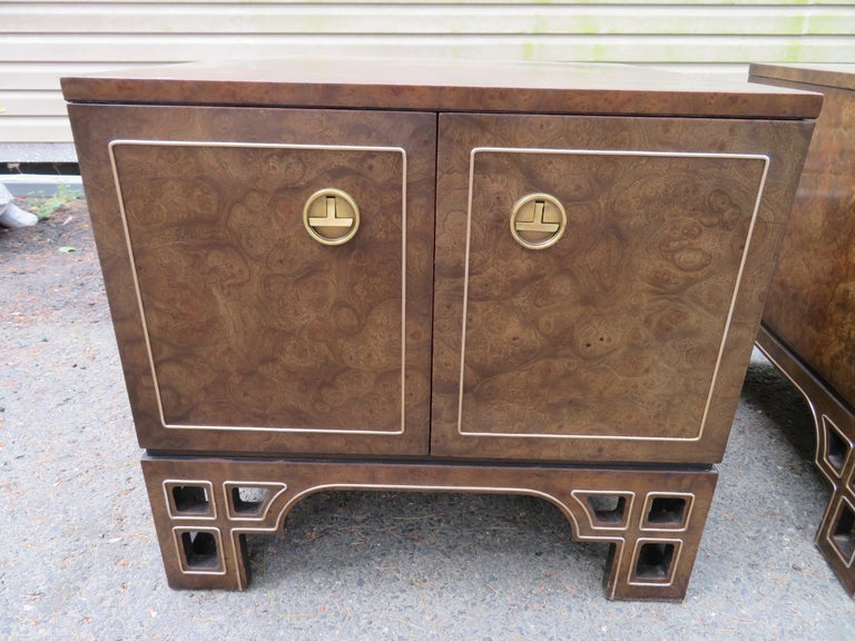 Chinoiserie Pair Amboyna Burl Brass Mastercraft Asian End/Night Stands Mid-Century Modern For Sale