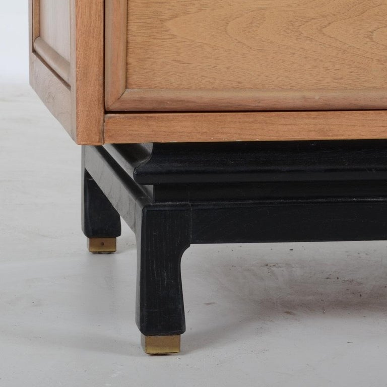Mid-20th Century Pair of American of Martinsville Nightstands For Sale