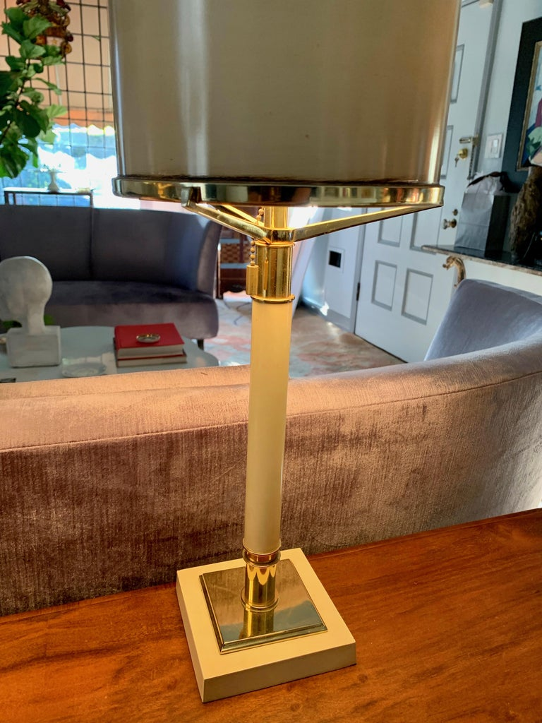 Powder-Coated Pair of Laurel Lamps in Cream Metal with Brass Detailing For Sale