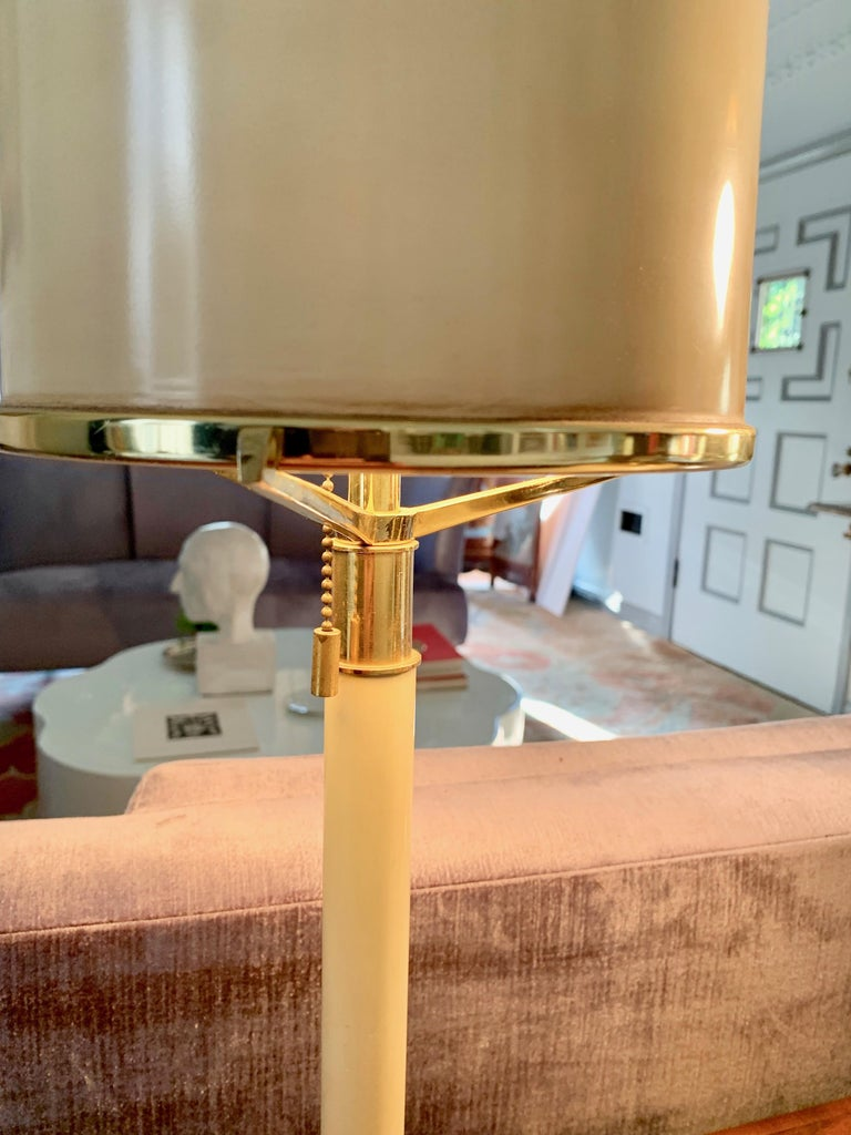 Pair of Laurel Lamps in Cream Metal with Brass Detailing In Good Condition For Sale In Los Angeles, CA
