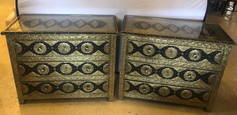 Brass & Ebony Hollywood Regency Style Moroccan Commodes Chests Nightstands, Pair In Good Condition For Sale In Stamford, CT