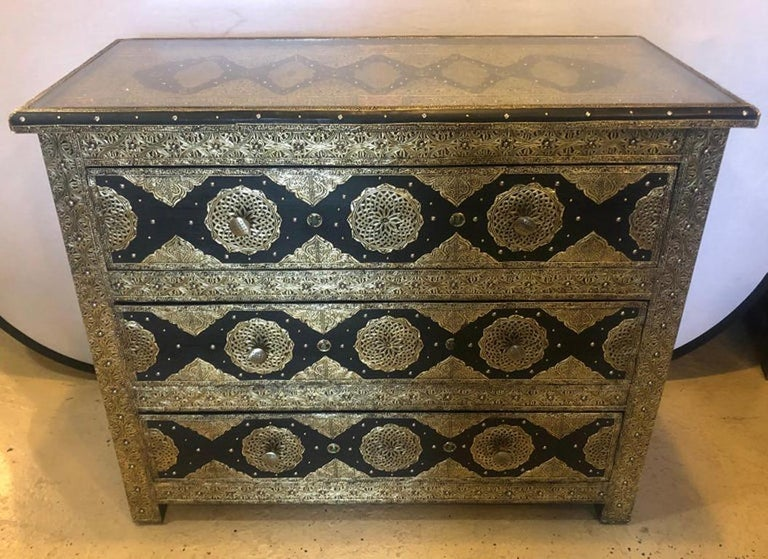 Brass & Ebony Palatial Hollywood Regency Style Commodes Chests Nightstands, Pair In Good Condition For Sale In Stamford, CT