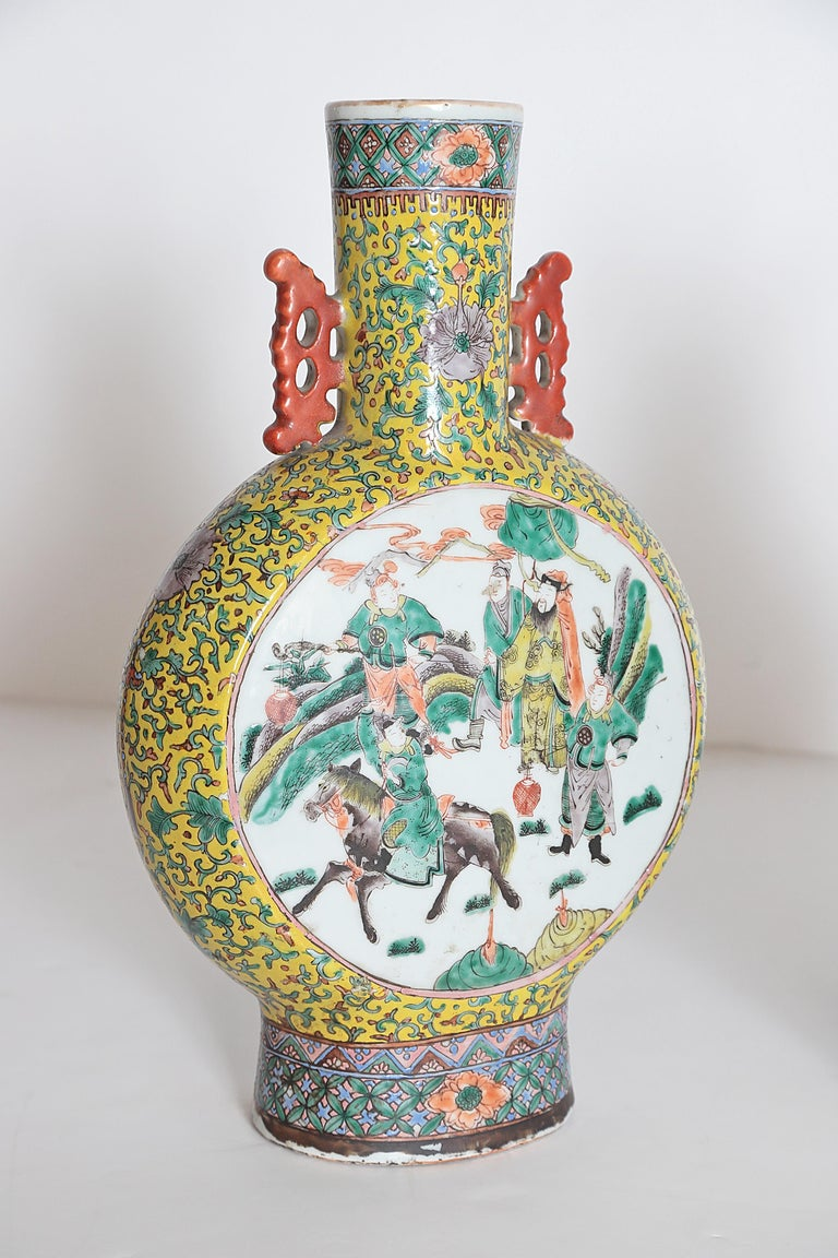 Pair of Chinese Porcelain Moon Flask Vases In Good Condition For Sale In Dallas, TX