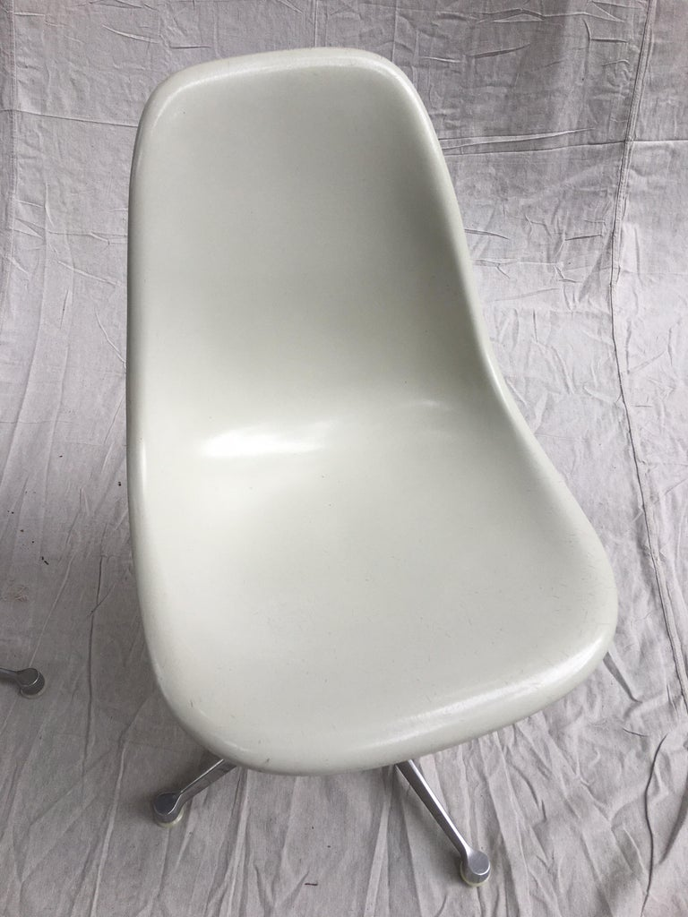 Mid-Century Modern Pair of Eames for Herman Miller Fiberglass Chairs For Sale