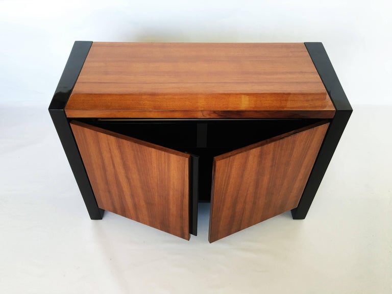 Pair of Henredon Koa Wood and Black Lacquer Nightstands or Side Tables In Good Condition In Dallas, TX