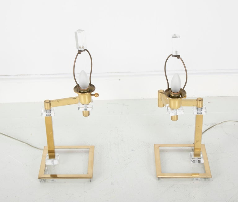 Pair of Italian Midcentury Lucite and Brass Adjustable Swing Lamps In Good Condition For Sale In Stamford, CT