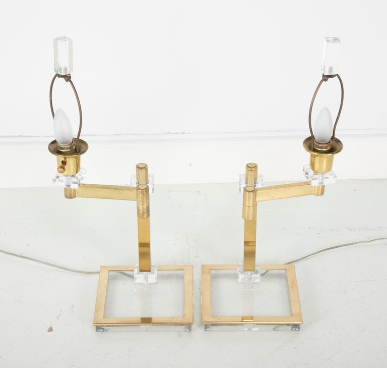 20th Century Pair of Italian Midcentury Lucite and Brass Adjustable Swing Lamps For Sale