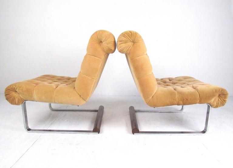 Mid-Century Modern Pair of Italian Modern Slipper Lounge Chairs For Sale