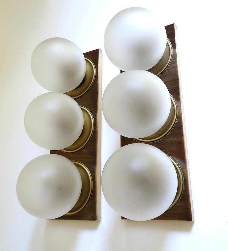 Pair Large MidCentury  Kaiser Glass Globe and Brass Sconces Wall Lights , 1960s In Good Condition For Sale In Bremen, DE