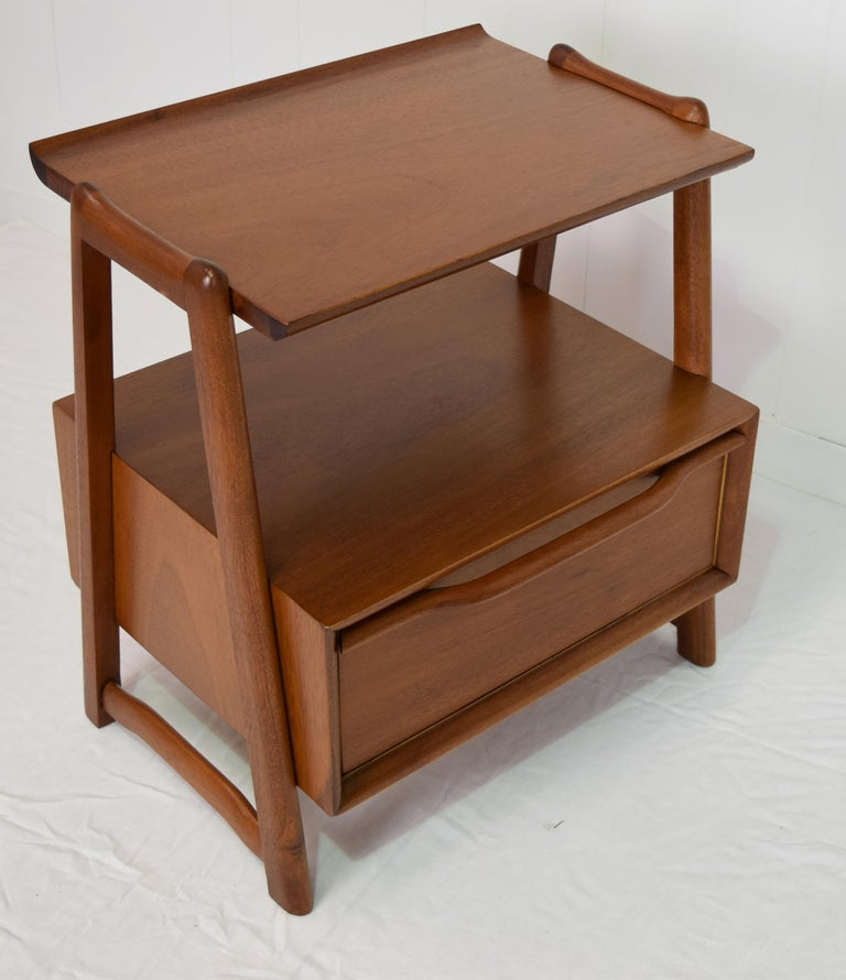 American Pair of Mahogany Night Stands or End Table by Hickory Manufacturing For Sale