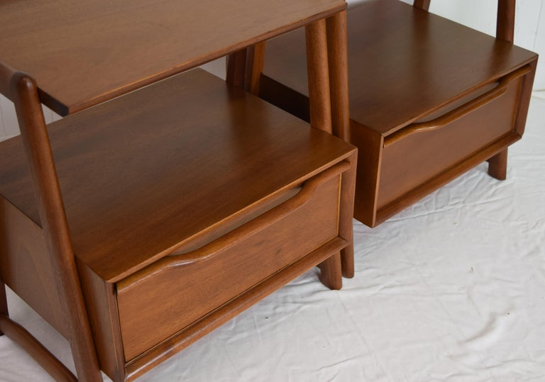 Mid-20th Century Pair of Mahogany Night Stands or End Table by Hickory Manufacturing For Sale