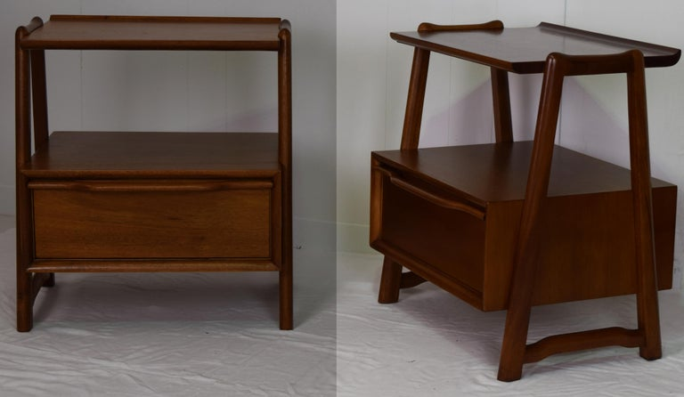 Pair of Mahogany Night Stands or End Table by Hickory Manufacturing In Excellent Condition For Sale In South Charleston, WV
