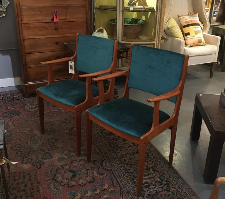 20th Century Pair of Midcentury Armchairs in Peacock Silk Velvet For Sale
