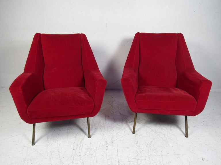 Stylish pair of midcentury lounge chairs. Splayed metal legs support a spacious seating area. Please confirm item location with dealer (NJ or NY).