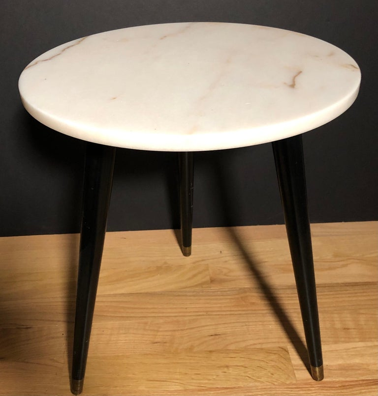 Italian Pair of Mid-Century Modern Round Marble-Top Side Tables For Sale