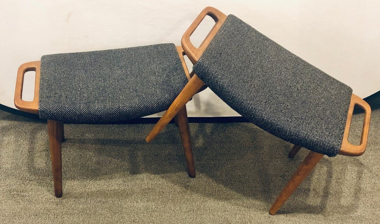 Pair of Mid-Century Modern Sleek & Stylish Arm Chairs with Ottomans In Good Condition For Sale In Stamford, CT