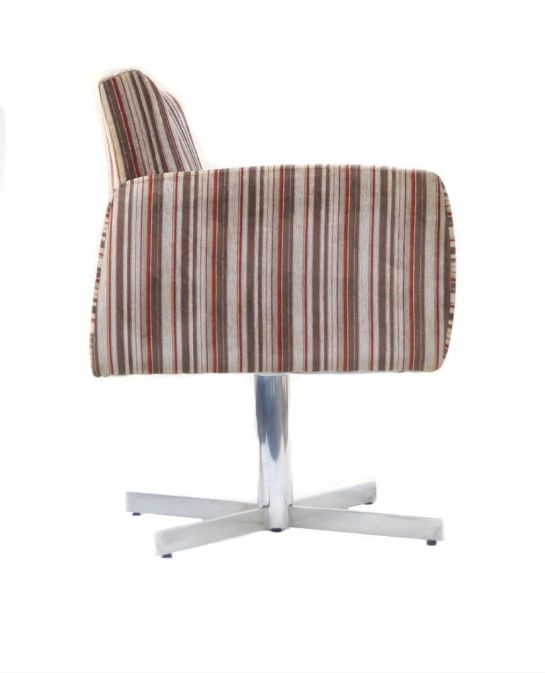 Pair of Mid-Century Modern Swivel Lounge Chairs In Good Condition For Sale In Wayne, NJ