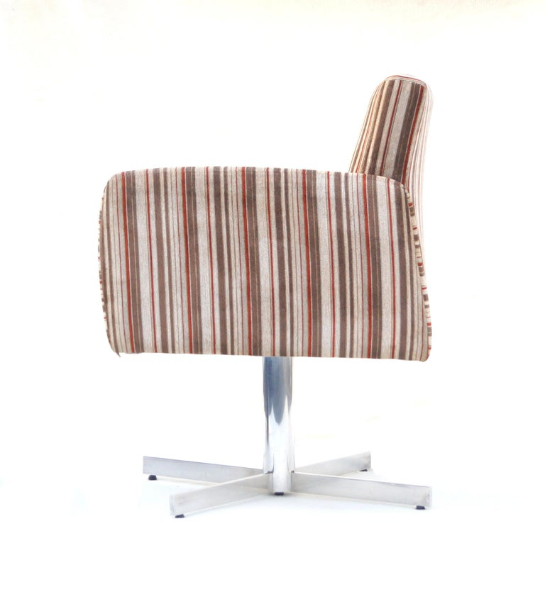 Fabric Pair of Mid-Century Modern Swivel Lounge Chairs For Sale