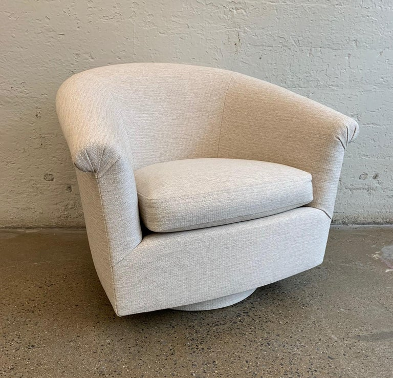 American Pair of Milo Baughman Style Swivel Lounge Chairs For Sale