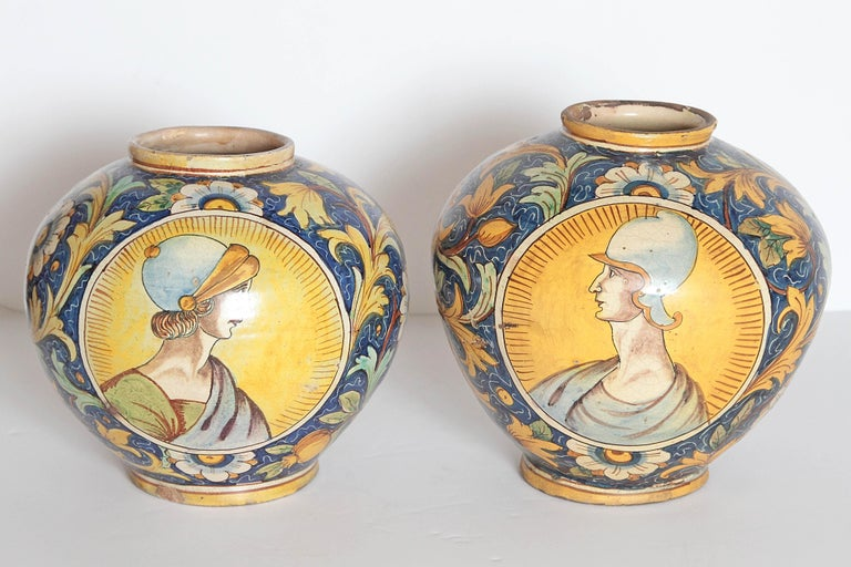 Hand-Painted Pair of 17th Century Venetian Maiolica Globular Vases 'Vaso a Palla' For Sale