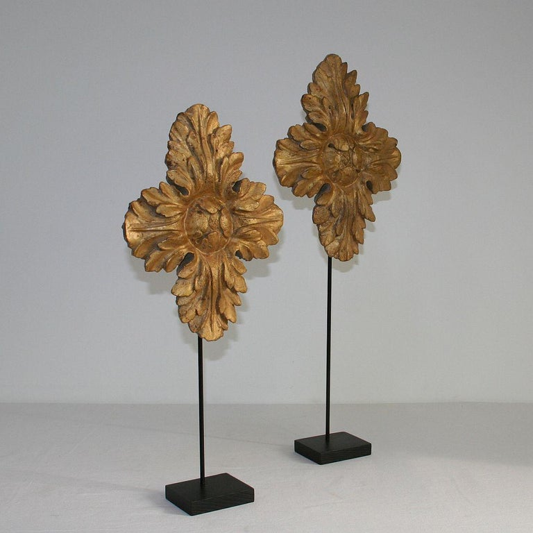 Pair of 18th Century Italian Carved Giltwood Classical Ornaments In Fair Condition For Sale In Amsterdam, NL