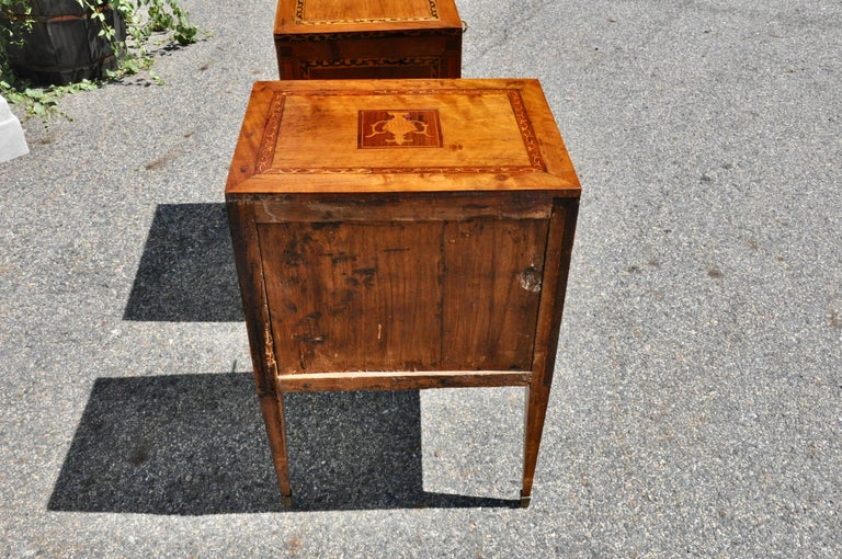 Pair of 18th Century Italian Neoclassical Small Commodes in Fruitwood For Sale 1