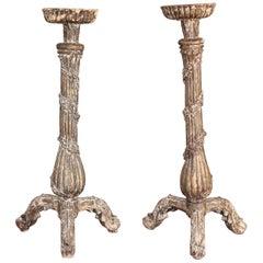 Paar große geschnitzte Kerzenhalter aus dem 18. Jahrhundert