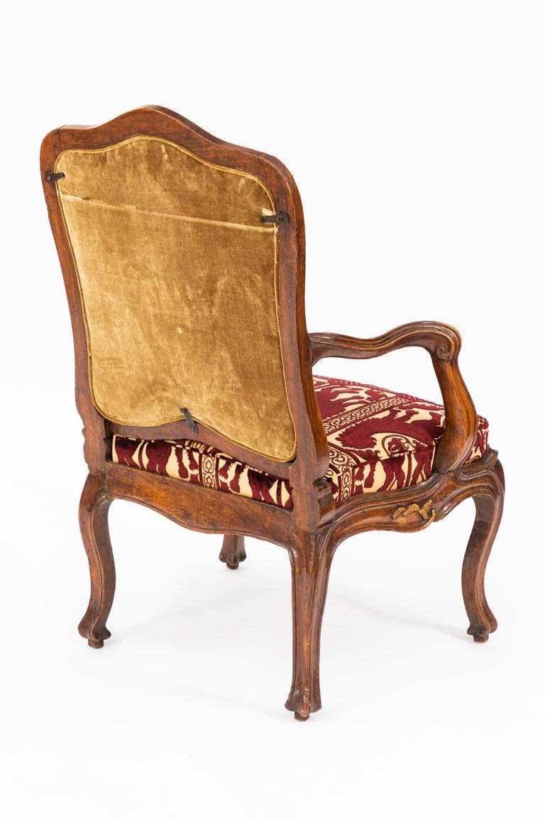 Pair of 18th Century Venetian Walnut Armchairs For Sale 4