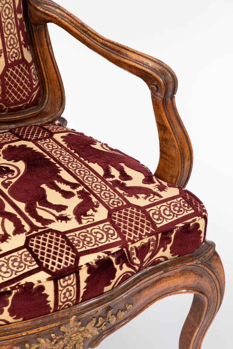 Hand-Carved Pair of 18th Century Venetian Walnut Armchairs For Sale