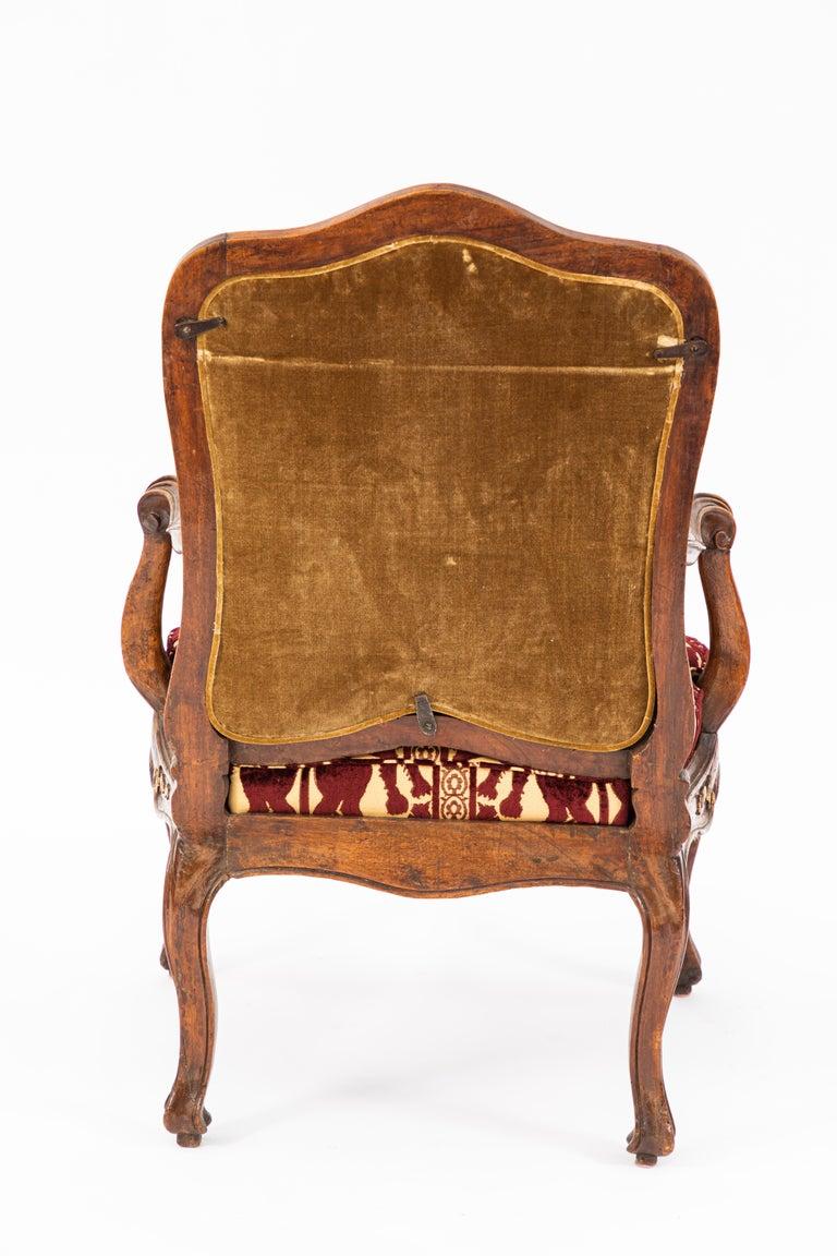 Pair of 18th Century Venetian Walnut Armchairs For Sale 2