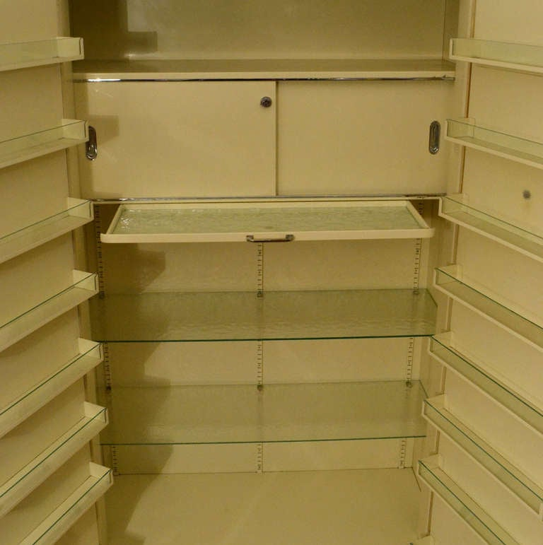 Powder-Coated Pair of 1930s Modernist Industrial Cream Metal Pharmaceutical Storage Cabinets For Sale