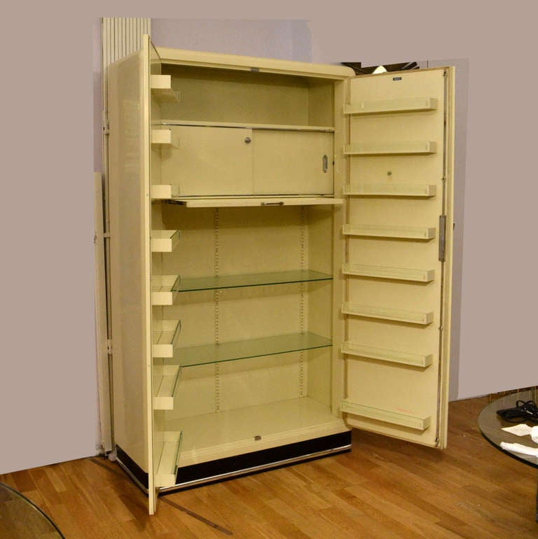 Pair of 1930s Modernist Industrial Cream Metal Pharmaceutical Storage Cabinets For Sale 1