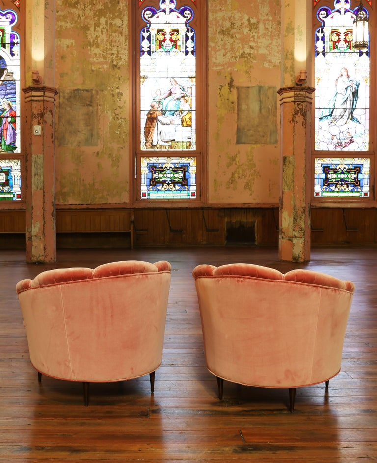 Pair of Gio Ponti style 1940s Italian upholstered chairs. The chair has a curved frame with a scallop design. Reupholstered in Italian pink velvet and piping trim details with tapered legs.