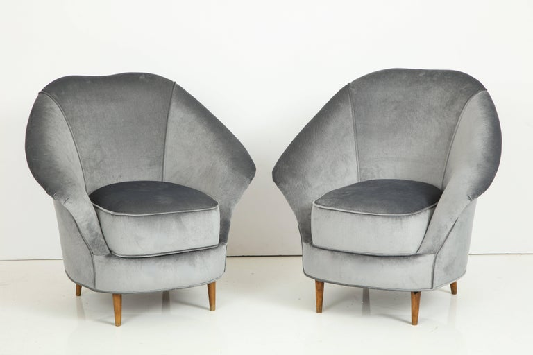 Elegant pair of vintage 1940s Italian armchairs in the style of Gio Ponti produced by Casa e Giardino with original walnut tapered legs. Sculptural midcentury Italian design with curved back. Completely restored and newly reupholstered in a neutral