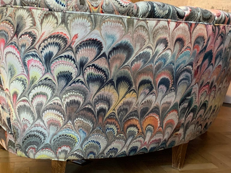 Pair of 1950s German Scalloped Curved Sofas in Beata Heuman Marbleised Fabric For Sale 4
