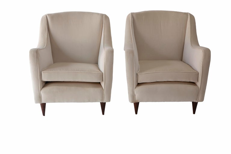 Mid-Century Modern Pair of 1950s Italian Armchairs in the Style of Carlo de Carli For Sale