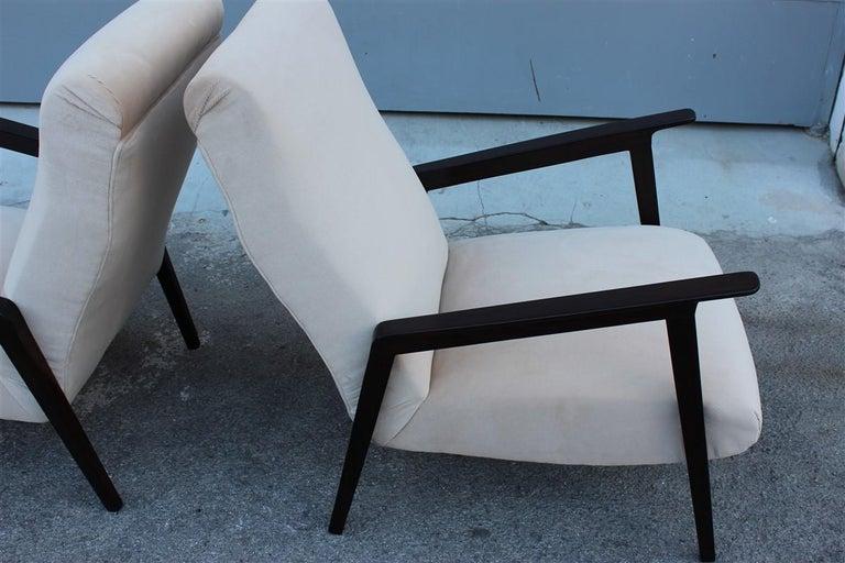 Pair of 1950s Italian Design Armchairs in Walnut and Midcentury Beige Velvet For Sale 6