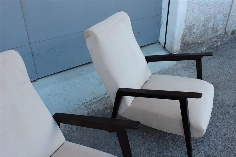 Pair of 1950s Italian Design Armchairs in Walnut and Midcentury Beige Velvet For Sale 1