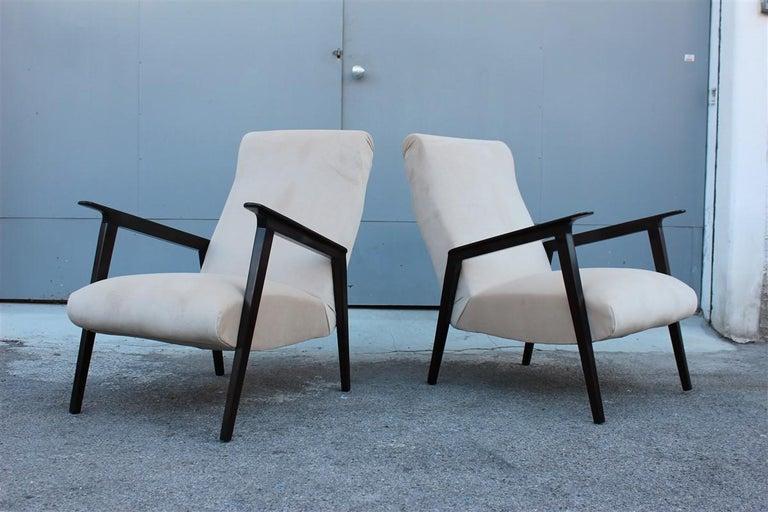 Pair of 1950s Italian Design Armchairs in Walnut and Midcentury Beige Velvet For Sale 4