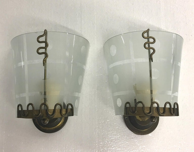 Pair of 1950s Italian Etched Curved Glass and Brass Sconces In Good Condition For Sale In Hingham, MA