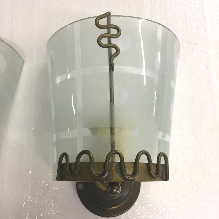 Pair of 1950s Italian Etched Curved Glass and Brass Sconces For Sale 1