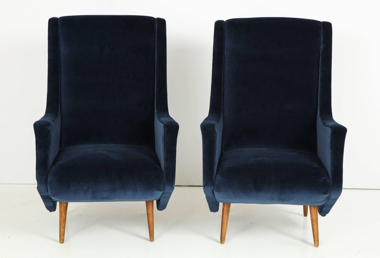 Mid-Century Modern Pair of 1950s Italian Lounge Chairs by ISA Bergamo in Cobalt Blue Velvet For Sale